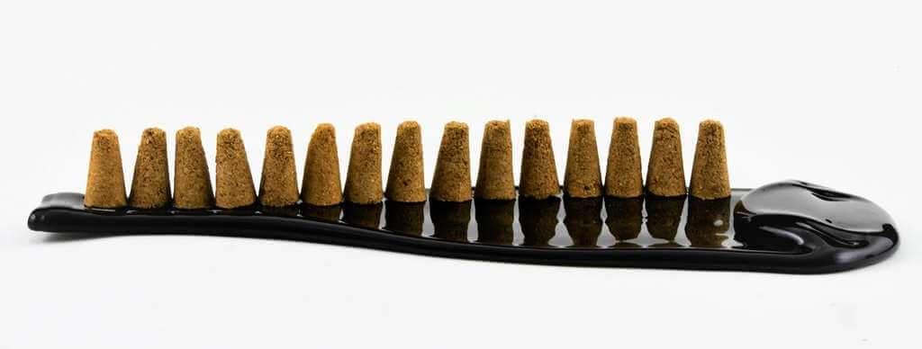 stożki kadzidła Palo Santo na butelce płaskiej fusing.